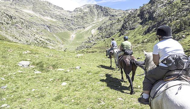 Cavalls pla de estany a Andorra