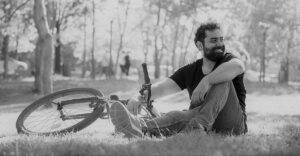 Relax en bicicleta en el parque